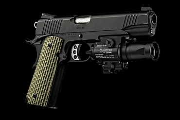 SureFire X400V mounted on a 1911